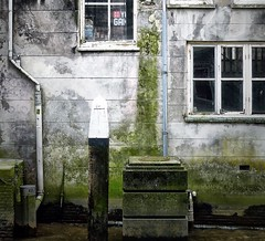 455 (roberke) Tags: windows ramen vensters house huis gebouw old oud waterafvoer paal green groen somber vervallen onderkomen dwelling abode