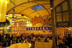 ¿Quiere pesca'o? (Fnikos) Tags: restaurant bar architecture seat table light lamp pescado pez peix bottle decoration area space plant palmtree night nightview nightshot nature people indoor