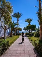 """""""Huyamos de la ciudad..."""".Serie en Agua Amarga (Almería). (alfonsoscg) Tags: fujifilm xt20 xc1650mmf3556 ois ii ƒ80 160 mm 1500 200 nitidez definición mar sea people gente personas explore explorar"""