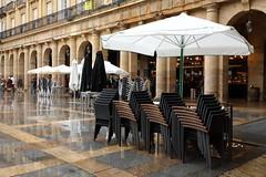 Hoy no hay negocio (Txaro Franco) Tags: plazanueva bilbao cascoviejo lluvia terraza sombrilla sietecalles zazpikaleak sillasapiladas