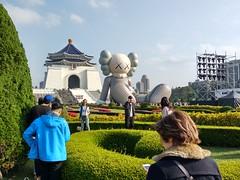 2019-01-24 15.09.23 (albyantoniazzi) Tags: taipei 台北市 taiwan 中華民國 asia roc china island travel city kaws art graffiti installation inflatable