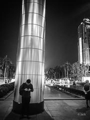 en passant par KL (Jack_from_Paris) Tags: p1000229bw panasonic dmcgx8 micro 43 pancake14mmf25asph pancake raw mode dng lightroom rangefinder télémétrique capture nx2 lr monochrom noiretblanc bw wide angle kl kuala lampur street night soirée evening nuit tour palmiers palm tree colonne klcc