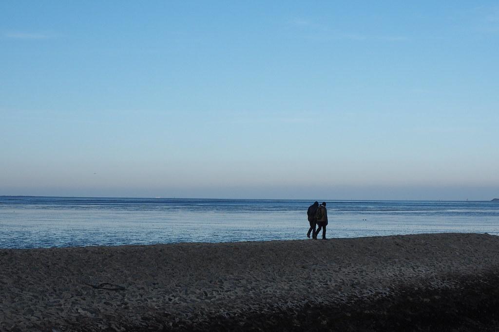 Nackt am strand spazieren