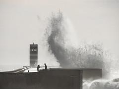 Foz do Douro (LUIS FELICIANO) Tags: fozdodouro espigon temporal muelle oleaje faro foz desembocadura atlantico agua gente paisaje naturaleza airelibre porto portugal europa panasonic lumixg9 lent50200mm