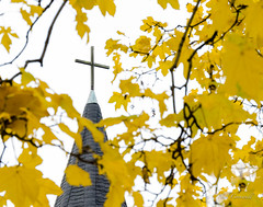 Steeple Cross (Neil Cornwall) Tags: 2018 anglican churches october sandwich stjohns windsor cemetery fall gravyard leaves