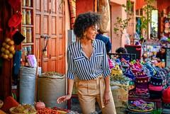 Alegría (Neverlan) Tags: callejera calle photo streetphotography street woman sonando alegría especias mercado zoco medina z7 neverlan marruecos marrakech mujer