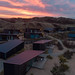 Sonnenuntergang über der Ferienanlage Qurios in Bloemendaal aan Zee, Niederlande