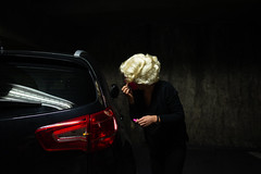 . (an to nin) Tags: maquillage parking perruque andywharoll blonde voiture noir makeup