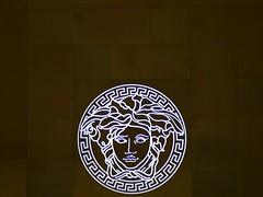 Anglų lietuvių žodynas. Žodis brand reiškia 1. n 1) nuodėgulys; 2) fakelas, deglas; 3) įspaudas; fabriko ženklas; 4) rūšis; 2. v ženklinti, įspauduoti lietuviškai.