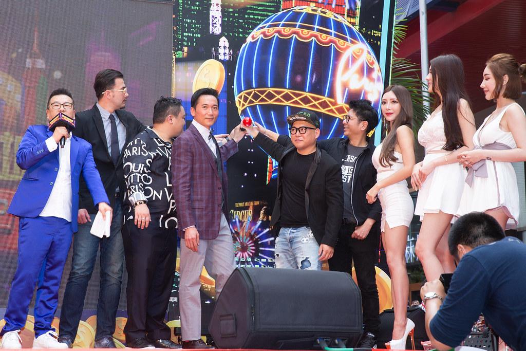 (左起)主持人沈玉琳、演員黃志瑋、手遊公司CEO派總、鄒兆龍、導演大愷、音樂人荒山亮、JKF女郎共同為手遊開服啟動儀式造勢。(黃金娛樂城提供)jpg