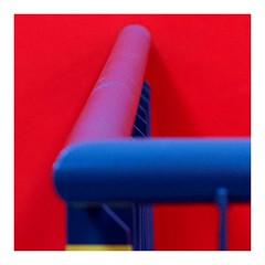 2019-01-10   blau auf rot (clemisan) Tags: frankfurt experimental abstract rot colours red blue blau geländer