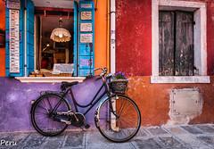 Bici de Burano (Perurena) Tags: bicicleta transporte flores flowers pared wall casa house colores colors ventana window isla island burano venecia italia