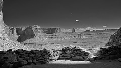 False Kiva - Panorama - Canyonlands National Park, Utah (W_von_S) Tags: false kiva canyonlandsnationalpark utah usa us southwest südwesten america amerika vereinigtestaaten unitedstates landschaft landscape paysage paesaggio panorama schwarzweis blackwhite monochrome monochrom mountains berge rocks felsen wüste desert steine stones hike pov sony sonyilce7rm2 wvons outdoor 2017 bw werner blackandwhite