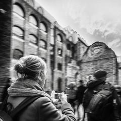 Manger et bouger !!! (Des.Nam) Tags: nb noiretblanc bw blackwhite monochrome mono street streetphotographie photoderue personnes people desnam fuji fujinon fujixpro2 xpro2 xpro2square xprostreet carré square london londres ville city candide