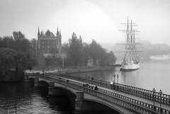 Skeppsholmsbron in Stockholm, Sweden 8/11 2018. (photoola) Tags: stockholm nationalmuseet sv museum skeppsholmsbron bridge photoola sweden monochrome blackandwhite afchapman boat