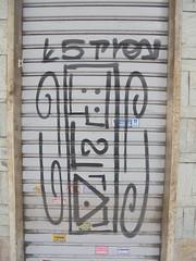 923 (en-ri) Tags: estry wld tag nero arrow serranda torino wall muro writing graffiti