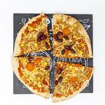 Geviertelte, fleischlose Pizza California mit roten Bohnen und Maiskörnern auf schwarzer Steinplatte thumbnail