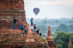 Voir le lever de soleil sur les temple (Seb & Jen) Tags: bagan myanmar burma birmanie mandalayregion myanmarbirmanie oldbagan nyaungu royaumedepagan temple pagoda pagode bulethi montgolfiere balloon sunrise lever soleil