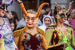 Las coloridas diabólicas (Juan Ig. Llana) Tags: bilbao bizkaia vizcaya carnaval desfile disfraz máscara color adorno cuernos chicas mujeres gente