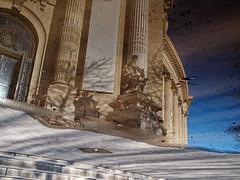 La façade du grand Palais dans une flaque (Paolo Pizzimenti) Tags: flaque reflet grandpalais surréel cinéma fenêtre métro olympus paolo paris zuiko 12mm f2 25mm f18 film pellicule argentique