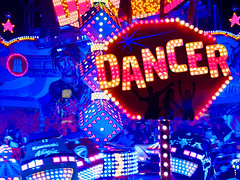 Eyes of a stranger (Peter Glaab) Tags: 45mm dom hamburg lichter olympus zuiko dancer lettering neonlicht fahrgeschäft bewegungsunschärfe komplementärkontrast blau