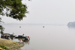 Wide river (draskd) Tags: ganges riverbank barrackpore kolkata boat washermen boatmen lifeinganges cellphonephotography smartphonephotography honor10 wideriver india