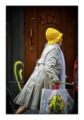 Russian rush (Armin Fuchs) Tags: arminfuchs stpetersburg russia people person woman rush yellow hat door bag coat jazzinbaggies