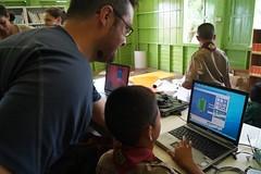 Un bénévole enseigne l'informatique dans une école thaïlandaise (infoglobalong) Tags: stage étudiant service bénévolat volontaire international engagement solidaire voyage découverte enseignement éducation école enfants aide alphabétisation scolaire asie thaïlande jeux sport art informatique rénovations