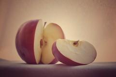 Receta para perder peso : 8 manzanas diarias.🍎🍎 (elena m.d.) Tags: macromondays nikon d5600 sigma sigma105 elena alimentos contraluz manzanas
