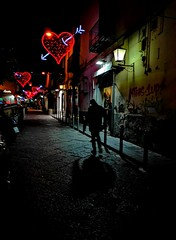 St Valentin, encore... (objet introuvable) Tags: street streetview streetphotography light night shadow town ville valentinesday valentines colors italy italie
