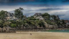 Saint Lunaire Dimanche matin... (Fred&rique) Tags: lumixfz1000 photoshop hdr saintlunaire plage villas côte été cerfvolant rochers eau illeetvilaine bretagne