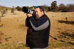 io all'opera - Pianello di Ostra (walterino1962 / sempre nomadi) Tags: persona uomo occhiali macchinafotografica cinghia campoarato alberi arbusti erba luci ombre riflessi pianellodiostra ancona