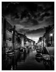 Bientôt l'heure des masques. (philippedechet) Tags: architectureetbatiments venise artetculture italie bw canal bateaux nuit monochrome