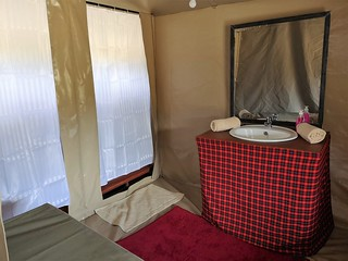 Africa Safari Serengeti Central bed and bathrooms