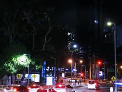 Plática de luces en la noche (2) (Neo-noir) Tags: panama street calle america latina ciudad noche nocturnal cielo building light traffic outside