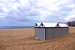 deposito ombrelloni e sedie-sdraioe spiaggia libera (Gina.Di) Tags: laspalmas grancanaria mare spiaggia