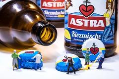 Die Party ist vorbei - the party is over (marco.federmann) Tags: astra bier arbeiter h0 figuren trinken kiezmische alkohol alsterwasser party ende over