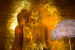 Birmanie: buddha au temple Mahamuni. (Claude Gourlay) Tags: birmanie myanmar asie asia burma claudegourlay religion bouddha buddha buddhisme mandalay mahamuni temple pagode