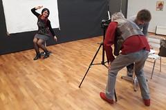 Merci à Mon ami Michel Gairaud d'avoir saisi le départ de ma lombalgie...😂!                 La très souriante modèle est Fernanda. (Pascal Rey Photographies) Tags: visagespiétons médiathèquedescollines médiathèque photographiecontemporaine photos photographie photography photograffik photographienumérique photographiedigitale portraits portrait reportage shootin michelgairaud