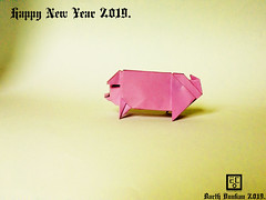 Happy New Year 2019. (Magic Fingaz) Tags: cochon pig origamipig porc maiale 猪 svinja cerdo सूअर babi 豚 beraz varken porco свинья свиња หมู domuz schweinbonneannée2019paperfoldinghappynewyear2019craftmfpppliagedepapier