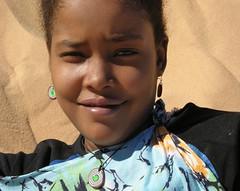 Fatou, d'una bellesa captivadora. (josepponsibusquet.) Tags: retrat jove campaments campamentos refugiats refugiados sahrauís saharauís sàhara desert desiert arena sorra fatou tindouf tinduf algeria argelia nikon nikone8700 belleza bellesa dunes dunas smara somriure polisario saharalibre