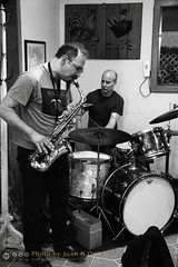Free Improvisation at Le Petit Zinc [50D-1925GS] (Juan N Only Music Photos) Tags: music jazz freejazz boxdeserter bohemianhomeinexile cafe lepetitzinc detroit michigan grayscale blackwhite monochrome improvisation saxophone altosaxophone drums avantgarde creative experimental may 2010 juannonly blackandwhite musicians