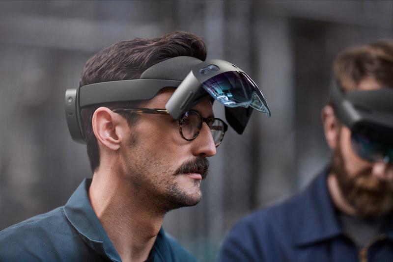 HoloLens2_VisorFLip_Lifestyle-5c72ed77bc19c-1000x667
