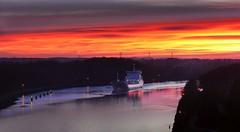 Unter dem Abendrot (wolfi-rabe) Tags: abendrot abendhimmel schiff nordostseekanal levensauerhochbrücke