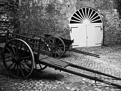 Parking écologique (DOMVILL) Tags: charrette domvill monochrome pavés mur briques garage château ussé loire
