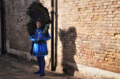 Blu pavone (encantadissima) Tags: venezia veneto carnevale2019 ombra luce pavone maschera street sanlio