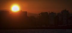 El saludo/ The greeting (Jose Antonio. 62) Tags: spain españa asturias gijón silueta silhouette sun sol ciudad city rojo red