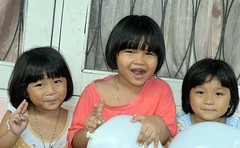 twins with friend (the foreign photographer - ฝรั่งถ่) Tags: three girls children khlong bangkhen bangkok thailand nikon d3200