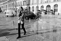 La femme aux bottes chez place Vendôme (Paolo Pizzimenti) Tags: chaud ventilateurs bottes femme vendôme paris paolo olympus zuiko instant 25mm 17mm f18 film pellicule argentique doisneau 12mm f2