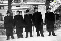 tm_7823 (Tidaholms Museum) Tags: positiv svartvit blackandwhite vinter årstid män vinterkläder hattar hatt winter season men winterclothes hats hat
